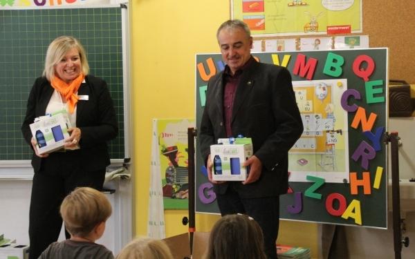 Robert Hümmer (Bürgermeister Altenkunstadt) und Christine Bauer (Geschäftsstellenleiterin Altenkunstadt) beim verteilen der Emil-Sets an die ABC-Schützen der Grundschule Altenkunstadt.