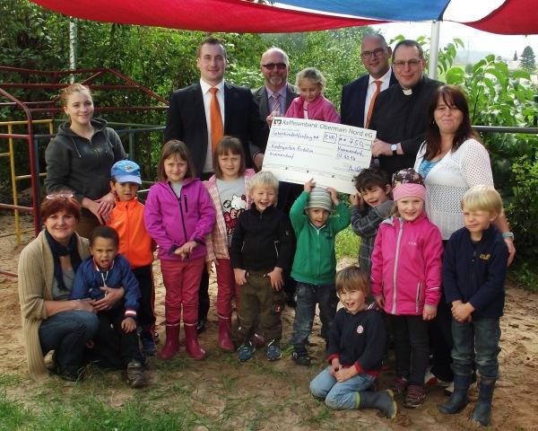 """Das Bild zeigt die Übergabe der Spende an den Hummendorfer Kindergarten """"Fridolin"""""""
