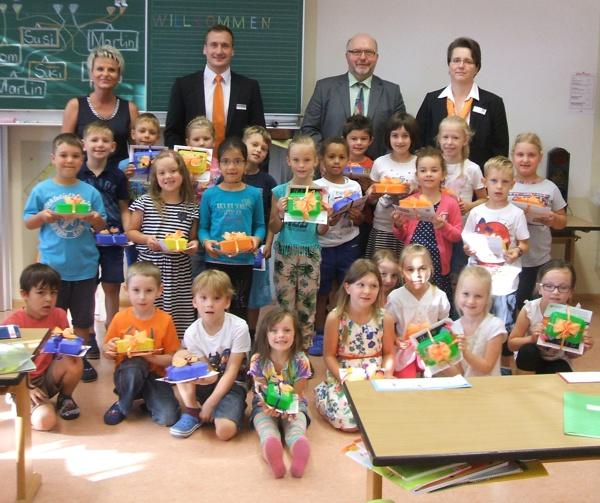 Bild von der Übergabe; Grundschule Weissenbrunn - Raiffeisenbank Obermain Nord eG