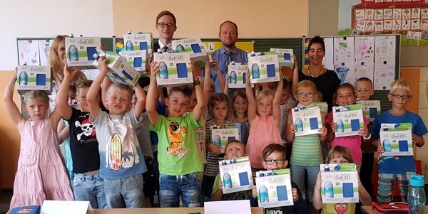 Bild von der Übergabe; Grundschule Schwürbitz - Raiffeisenbank Obermain Nord eG