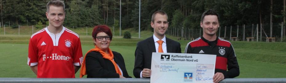 Bild der Spendenübergabe, FC Baiersdorf, Raiffeisenbank Obermain Nord eG
