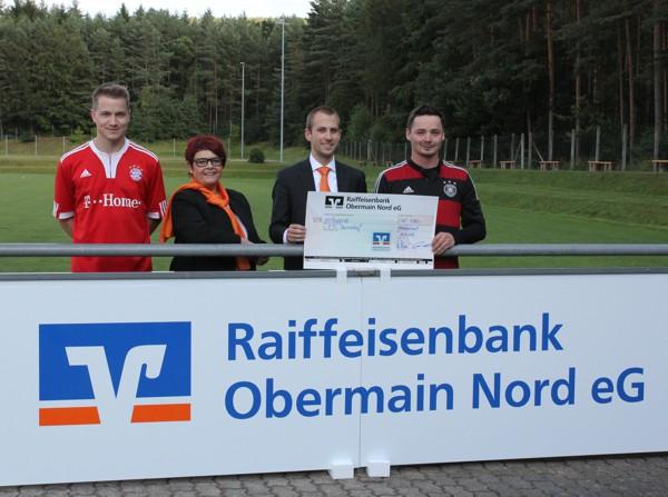 Bild der Spendenübergabe, Raiffeisenbank Obermain Nord eG, FC Baiersdorf