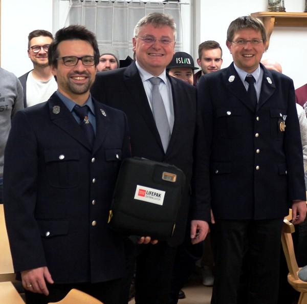 Spendenübergabe, Defibrillator, FFW Isling