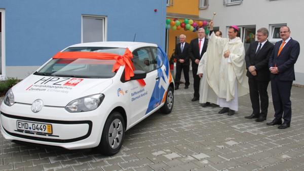 Bild von der Segnung des neuen Fahrzeugs