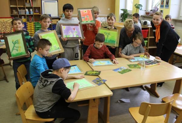 Unsere Mitarbeiterin Elke Stadelmann zusammen mit der Malerin Elfriede Dauer und den Kindern mit ihren Kunstwerken