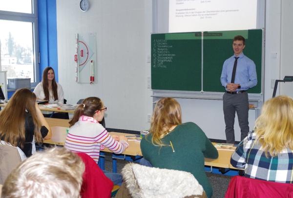 Schülerinnen und Schüler der Realschule Burgkunstadt während einer Übungseinheit für Vorstellungsgespräche mit unseren Mitarbeitern Madeleine Hofmann und Maximilian Stammberger