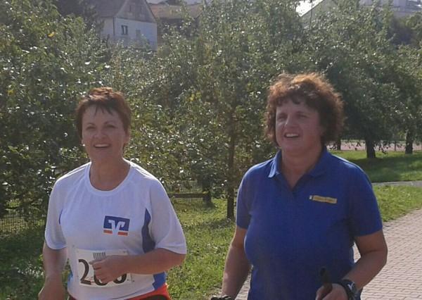 Michaela Herold zusammen mit Sabine Schubert (Gesamtleiterin Regens Wagner)