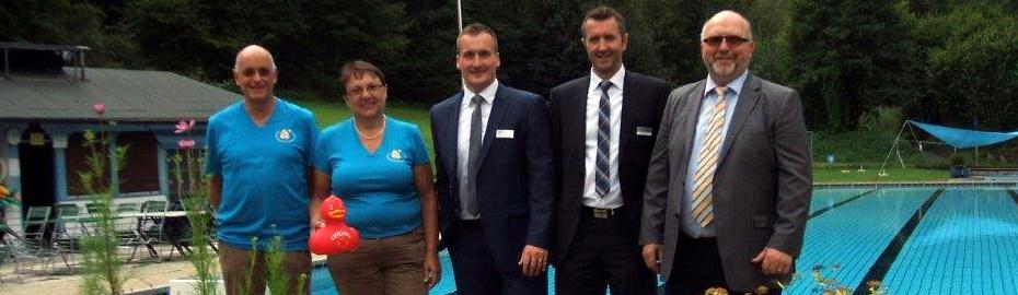 Bild von der Spendenübergabe Raiffeisenbank Obermain Nord eG, Schwimmbadfreunde Weißenbrunn, Egon Herrmann