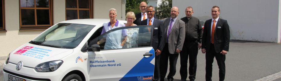 Das Bild zeigt die Übergabe des VWs an den Diakonieverein Weißenbrunn-Kirchleus-Gössersdorf und Hummendorf.
