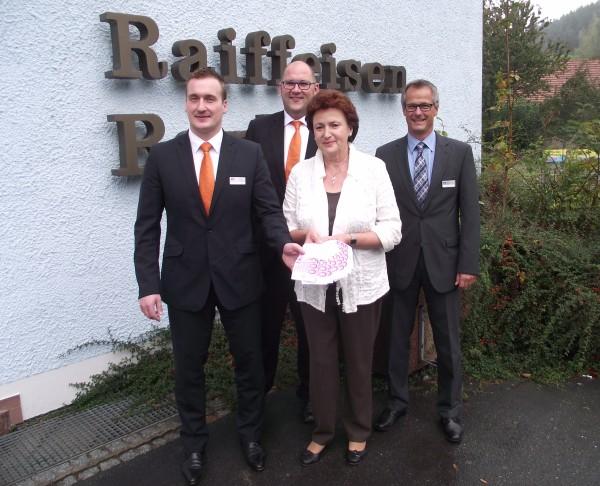 Gewinnsparerin aus Burkersdorf freut sich über Hauptgewinn. Bei der Preisübergabe gratulierten Vorstandsmitglied Andreas Fischer und die Mitarbeiter des KompetenzZentrums Weißenbrunn der Gewinnerin.