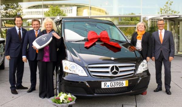 Gewinnsparen lohnt sich! Gewinnsparerin gewinnt Mercedes-Benz Viano Wohnmobil.