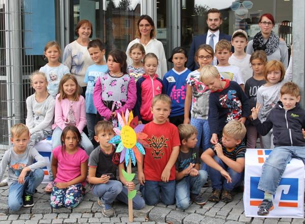 Gruppenfoto nach der Veranstaltung - Kinder des Kathi-Baur-Horts bei der Raiffeisenbank Obermain Nord eG
