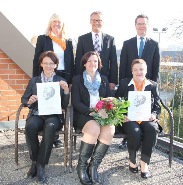 Vorstand und Bereichsleiter Personal ehren langjährige Mitarbeiterinnen