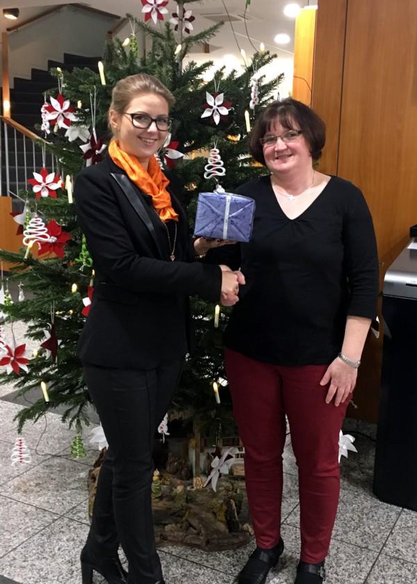 Geschenkübergabe, Adventskalender-Gewinnspiel