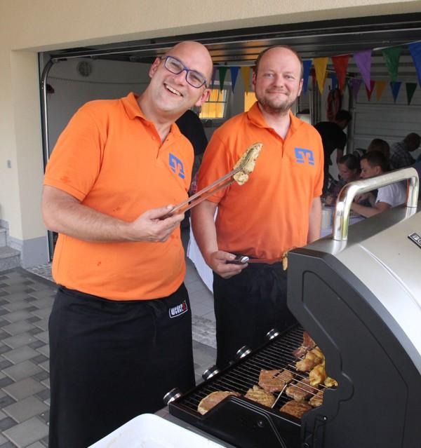 Michael Engelhardt und Stefan Düsel am Grill