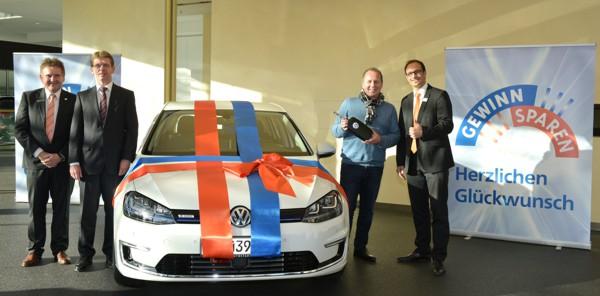 Reinhold Bergmann aus Mainleus landete einen Haupttreffer bei einer Sonder-Gewinnsparauslosung und ist jetzt stolzer Besitzer eines nagelneuen VW e-Golfs.