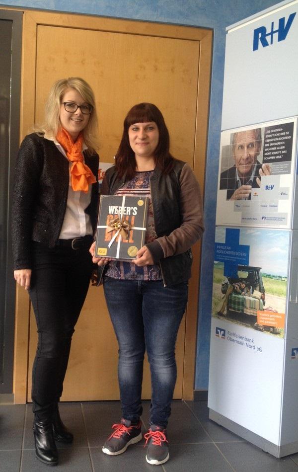 Unsere Gewinnerin aus Burgkunstadt freut sich zusammen mit Nadine Singer