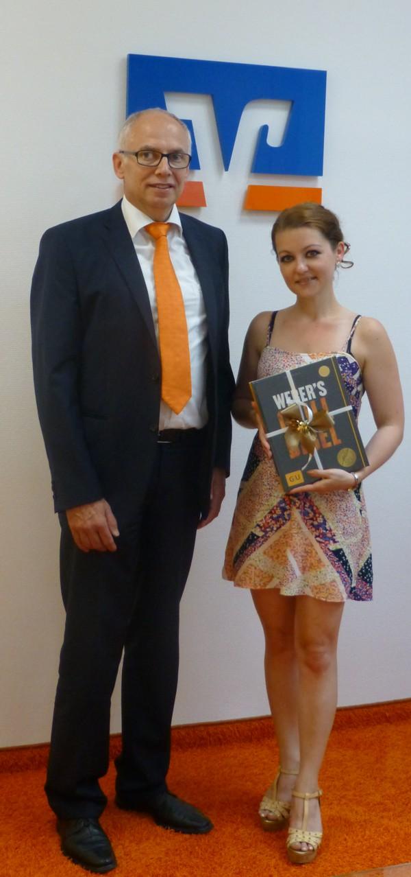 Unsere Gewinnerin aus Lichtenfels freut sich zusammen mit Paul Georg Konrad