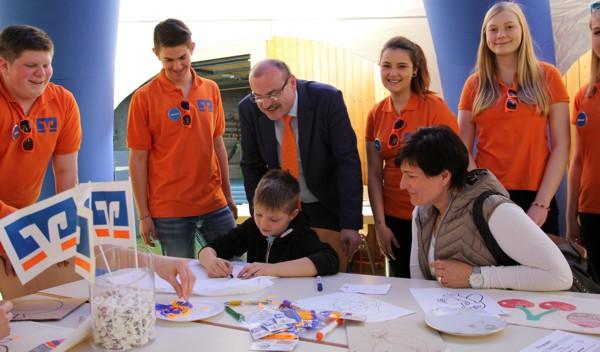 Vorstandsmitglied Ulrich Klein schaute den jungen Künstlern über die Schultern