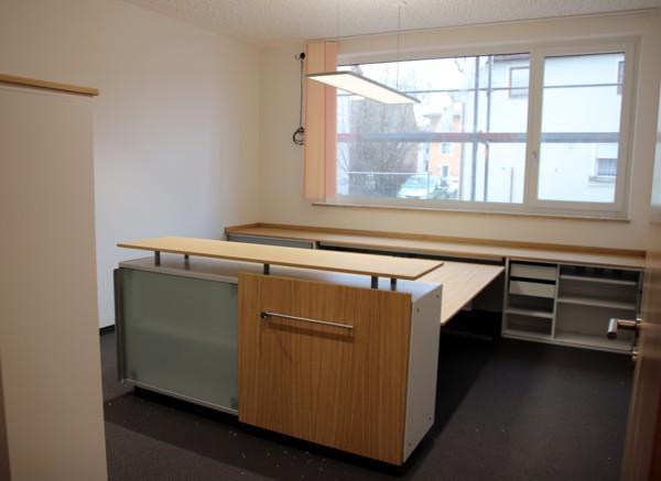 Büros werden mit Möbel ausgestattet (02.2019)