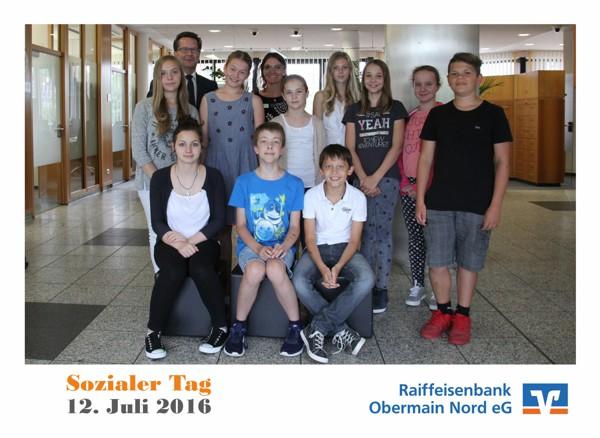 Teilnehmende Schülerinnen und Schüler zusammen mit Bereichsleiter Personal Matthias Hugel