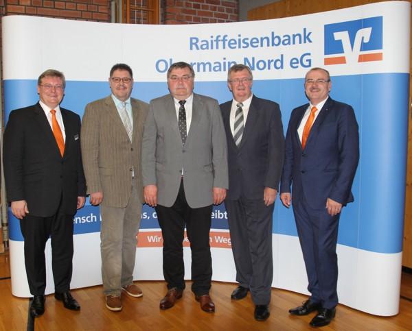 Die Mitglieder des Vorstands zusammen mit den Aufsichtsratsvorsitzenden Herrn Vonbrunn und den ausscheidenden Aufsichtsräten Hansjürgen Grampp (2. v.l.) und Horst Junkunst (3. v.l.)