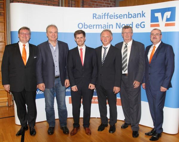 Die Mitglieder des Vorstands zusammen mit den Aufsichtsratsvorsitzenden und die wieder- bzw. neugewählten Aufsichtsräte Josef Fugmann (2. v.l.), Tobias Grünbeck (3. v.l.) und Günther Stenglein (4. v.l.)
