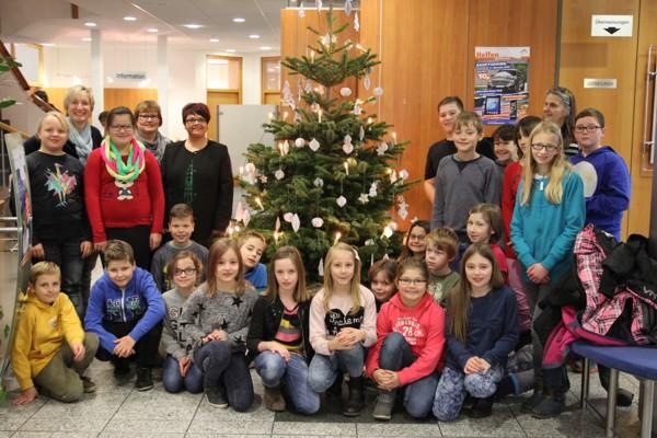 Schülerinnen und Schüler der Grundschule Altenkunstadt schmückten den Weihnachtsbaum im KompetenzZentrum Altenkunstadt.